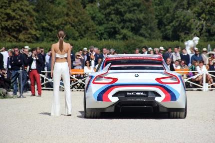 La BMW 3.0 CSL Hommage R victorieuse du concours d'Etat, accompagnée d'un mannequin habillé par Barmain. ©Marie Lizak