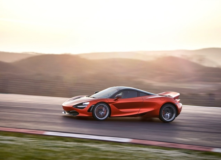 McLaren 720S orange dynamique