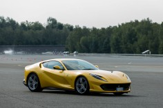Ferrari 812 Superfast Mortefontaine statique circuit jaune jantes supercar