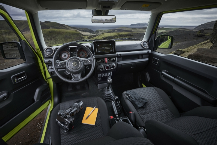 suzuki jimny 2018 le petit baroudeur est de retour une fille au volant. Black Bedroom Furniture Sets. Home Design Ideas