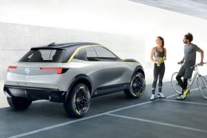 Opel GT X Experimental Concept mise en scène vélo