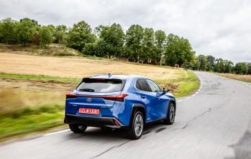 Essai Lexus UX arrière dynamique bleu