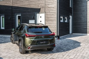 Essai Lexus UX 2018 arrière statique feux jantes kaki