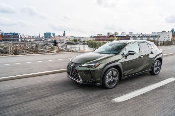 Essai Lexus UX dynamique calandre hybride vert kaki