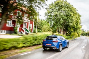 Essai Lexus UX 2018 arrière bleu feux