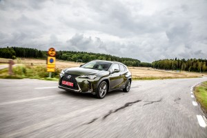 Essai Lexus UX avant vert kaki dynamique feux