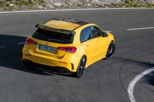 Mercedes-AMG A 45 4MATIC arrière dynamique jaune feux échappement