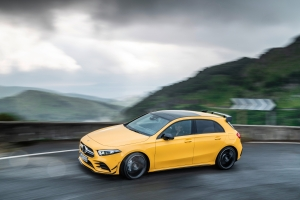 Mercedes-AMG A 45 4MATIC profil feux jantes jaune