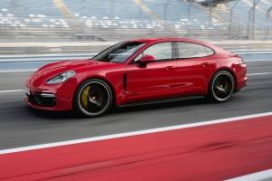 Porsche Panamera GTS 2018 dynamique profil avant jantes rouge