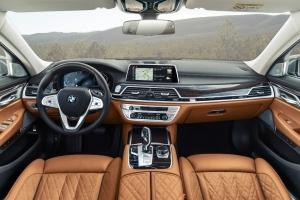 BMW Série 7 intérieur écran volant sièges cuir
