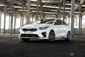 Kia Proceed GT statique essence blanc feux