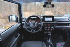 Suzuki Jimny intérieur volant écran combiné