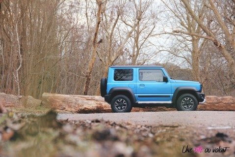 Suzuki Jimny profil bleu SUV