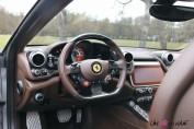 Ferrari GTC4 Lusso intérieur volant détail