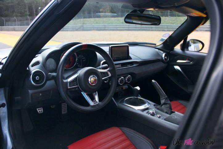 Essai Abarth 124 GT intérieur volant sièges