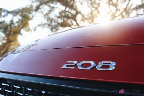 Essai Peugeot 208 2019 capot logo détail calandre