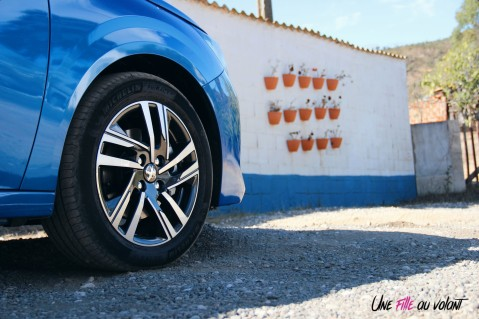 Essai Peugeot 208 2019 jantes 17 pouces bleu vertigo détail