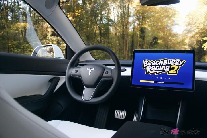 Essai Tesla Model 3 Performance 2019 intérieur écran beach buggy racing
